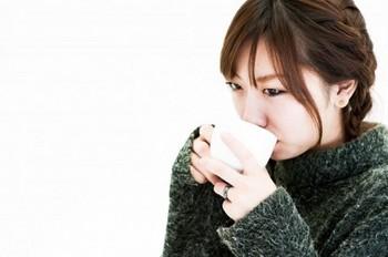 コーヒーを飲む女性.