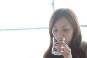 飲み物を飲んでいる女性.jpg