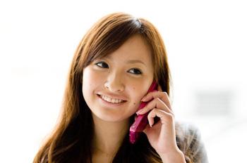 携帯電話で話をしている女性