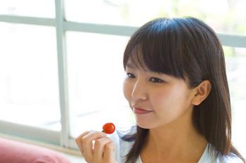 サクランボを食べている女性
