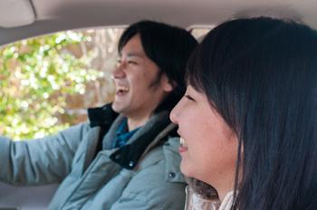 車でドライブしている男女