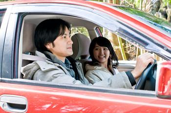 車でドライブする男女