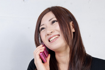 携帯で彼氏と話している女性
