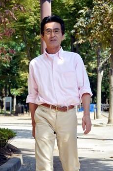 サイズの合わないズボンをはいている男性