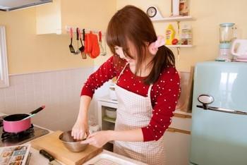 バレンタインのチョコを作っている女性
