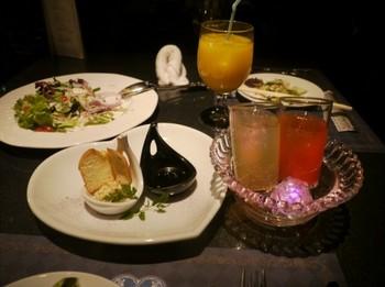 レストランのテーブルの上の豪華な食べ物